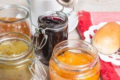 Petit déjeuner avec les petits pains et la confiture Photographie stock libre de droits