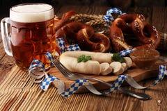 Petit déjeuner bavarois de saucisse de veau avec les saucisses, le bretzel mou et photographie stock