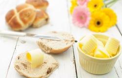 Petit déjeuner chaud de petits pains croisés Images stock