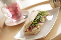 Petit déjeuner continental avec le sandwich et le thé Photos libres de droits