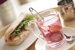 Petit déjeuner continental avec le thé et le sandwich de fruit Photo libre de droits
