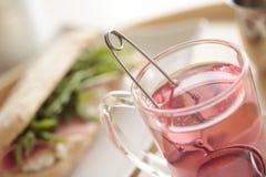 Petit déjeuner continental avec le thé et le sandwich de fruit Images stock