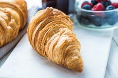 Petit déjeuner continental, croissant frais Photo stock