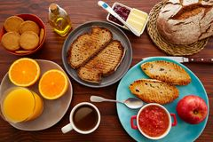 Petit déjeuner continental de buffet avec du café images stock