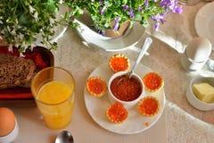 Petit déjeuner continental de fête avec le caviar rouge, oeuf mollet a Photographie stock libre de droits