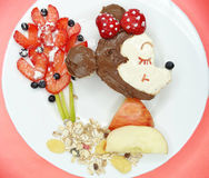 Petit déjeuner créatif avec la crème de fruit et de chocolat sucré sur le pain Photo libre de droits