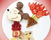 Petit déjeuner créatif avec la crème de fruit et de chocolat sucré sur le pain Photographie stock libre de droits