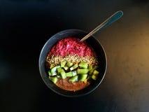 Petit déjeuner : Cuvette de chia de framboise avec le kiwi, graines de chanvre, beurre de noisette Image stock