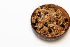 Petit déjeuner : Cuvette de muesli entier de grain d'isolement sur le backgrou blanc photos stock
