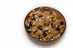 Petit déjeuner : Cuvette de muesli entier de grain d'isolement sur le fond blanc photographie stock libre de droits