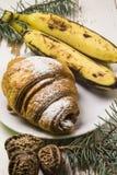 Petit déjeuner délicieux avec les croissants frais et les baies mûres sur le vieux fond en bois, foyer sélectif Photo stock
