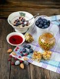 Petit déjeuner délicieux d'énergie : farine d'avoine, myrtilles, canneberges, c Photo stock