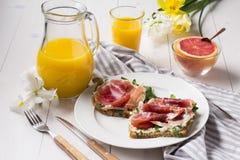 Petit déjeuner délicieux en vacances Image libre de droits
