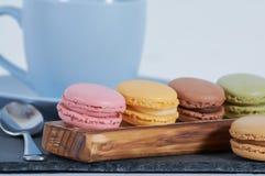 Petit déjeuner d'attelle en bois de macarons photo libre de droits