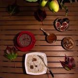 Petit déjeuner d'automne de gruau, d'avoine, et de fruit photo libre de droits