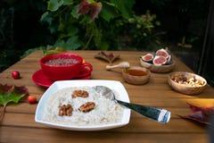 Petit déjeuner d'automne de gruau, d'avoine, et de fruit photos libres de droits