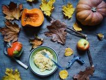 petit déjeuner d'automne des pommes de terre, des potirons et des pommes Photo stock