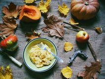 petit déjeuner d'automne des pommes de terre, des potirons et des pommes Photographie stock