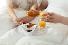 Petit déjeuner dans le lit à l'hôtel Photos libres de droits