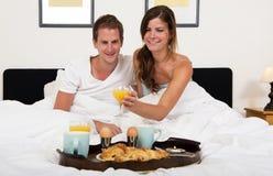 Petit déjeuner dans le lit Photo stock