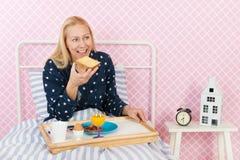 Petit déjeuner dans le lit images libres de droits
