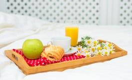 Petit déjeuner dans le lit Image libre de droits