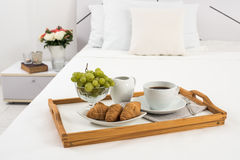 Petit déjeuner dans le lit Photos libres de droits
