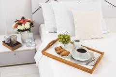 Petit déjeuner dans le lit Photographie stock libre de droits