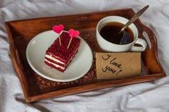 Petit déjeuner dans le lit Amour de tasse, de café, de rouge, de velours, de gâteau et de textes I Images libres de droits