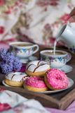 Petit déjeuner dans le lit avec du café et des butées toriques Photographie stock