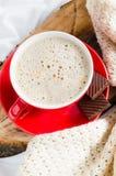 Petit déjeuner dans le lit Cappuccino et chocolat Photographie stock libre de droits