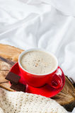 Petit déjeuner dans le lit Cappuccino et chocolat Photos stock