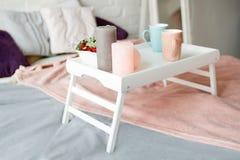 Petit déjeuner dans le lit Chambre à coucher dans des couleurs en pastel Images stock