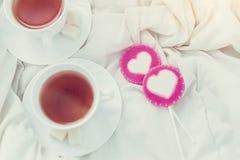 Petit déjeuner dans le lit dans le jour de valentines Tasse de sucreries de thé et de bonbon Concept d'amour ou de vacances Photos libres de droits
