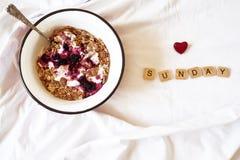 petit déjeuner dans le lit et les lettres en bois Photographie stock