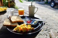 Petit déjeuner dans le matin à la station de vacances Phang Nga Thaïlande Photographie stock libre de droits