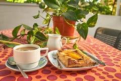 Petit déjeuner de café avec la tarte aux pommes sur la terrasse photo stock