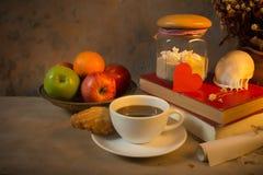 Petit déjeuner de café, pommes et vieux livre avec le coquillage De Photos libres de droits
