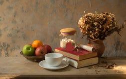 Petit déjeuner de café, pommes et vieux livre avec le coquillage De Photo libre de droits