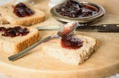 Petit déjeuner de cottage - pain fait maison, beurre, confiture et café image stock
