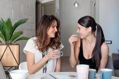 Petit déjeuner de deux amies de femme dans la cuisine Photos libres de droits