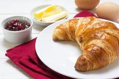 Petit déjeuner de dimanche avec le croissant, la confiture et les oeufs, serviette rouge sur W Photos libres de droits