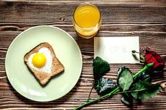 Petit déjeuner de fête des oeufs brouillés et du jus pour le jour du ` s de valentine Images stock