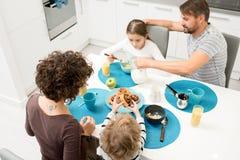 Petit déjeuner de famille image libre de droits