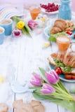 Petit déjeuner de famille du petit déjeuner A de Pâques des croissants avec de la salade de fusée et fromage et café aromatique T Photo libre de droits