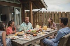 Petit déjeuner de famille en dehors de cottage de vacances Images stock
