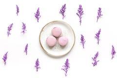 Petit déjeuner de femme de ressort avec le modèle blanc de vue supérieure de fond de macarons et de fleurs Photo libre de droits