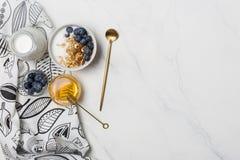 Petit déjeuner de granola de l'espace libre avec du miel et des baies photo stock