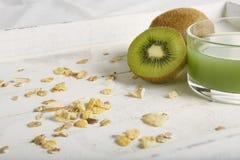 Petit déjeuner de Healty avec le kiwi, les céréales et le jus photos libres de droits