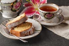 Petit déjeuner de jour de valentines avec du café, le gâteau et la fleur Image libre de droits